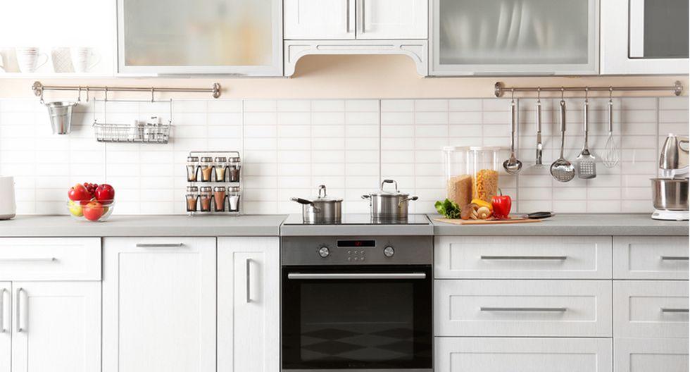 Pocos materiales. Para las cocinas pequeñas es ideal utilizar pocos materiales, de lo contrario se verá muy recargada y desordenada. Combinar la madera con acabados metálicos te ayudará a reflejar la luz. (Foto: Shutterstock)