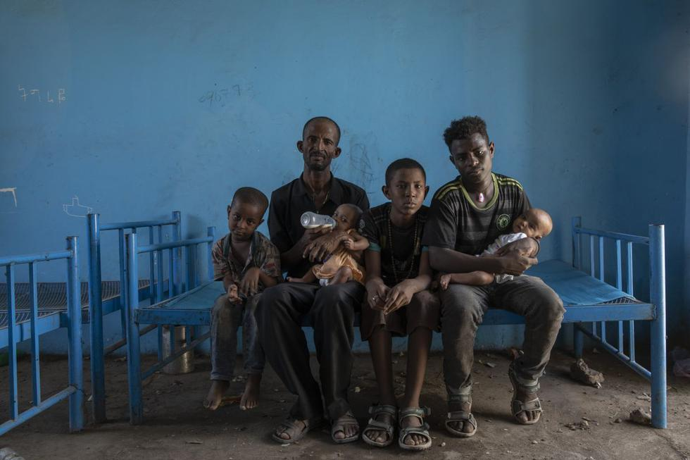 La violencia estalló en la región de Tigray, en el norte de Etiopía, en el peor momento para Abraha Kinfe Gebremariam (segundo izquierda) y su familia. Su aldea, Mai Kadra, quedó atrapada en la primera masacre conocida de un conflicto que ha causado la muerte de miles de tigrayanos étnicos como ellos. En la imagen aparece su cuñado de nombre Goytom Tsegay (derecha). (Texto y foto: AP).
