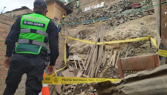 Policías y peritos de Criminalística llegaron al inmueble y cercaron el lugar para iniciar las investigaciones. (PNP)