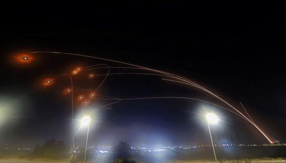 El sistema de defensa aérea Domo de Hierro de Israel intercepta cohetes lanzados desde la Franja de Gaza por Hamas. (Foto de JACK GUEZ / AFP).