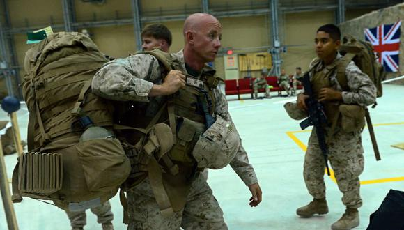 Un infante de marina de Estados Unidos carga su equipo mientras las tropas estadounidenses llegan a Kandahar, Afganistán, el 26 de octubre de 2014. (Foto referencial, AFP / WAKIL KOHSAR).