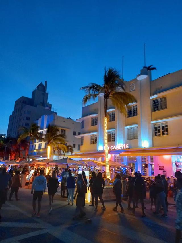 Decenas de personas el sábado en Ocean Drive, Miami Beach. (EFE/ Álvaro Blanco).