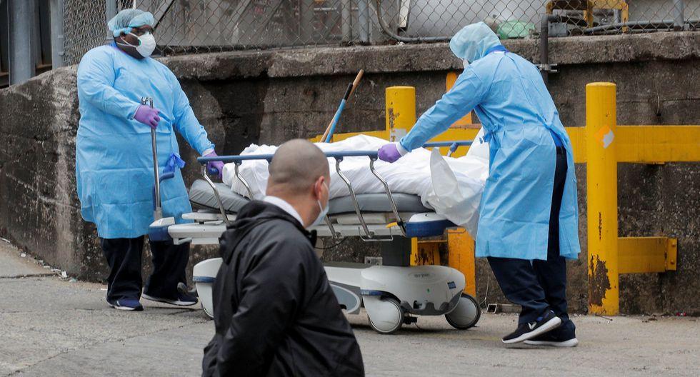 Estados Unidos superó a China en número de muertos por coronavirus. En la imagen, trabajadores de un hospital de Nueva York trasladan el cadáver de una víctima de Covid-19. (REUTERS/Brendan McDermid).
