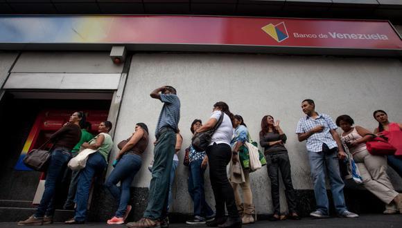 Crisis en Venezuela: Largas colas en los bancos para conseguir efectivo. (Foto: EFE)
