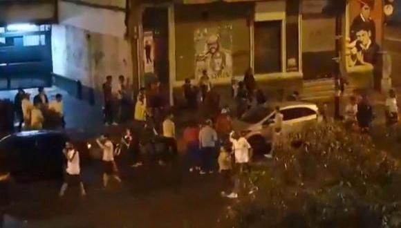 La víctima recibió entre seis y ocho disparos cuando se encontraba festejando la obtención del Campeonato Uruguayo. Una testigo asegura que el perpetrador vestía un buzo con el escudo de Peñarol, clásico rival del Nacional. (Captura de video)