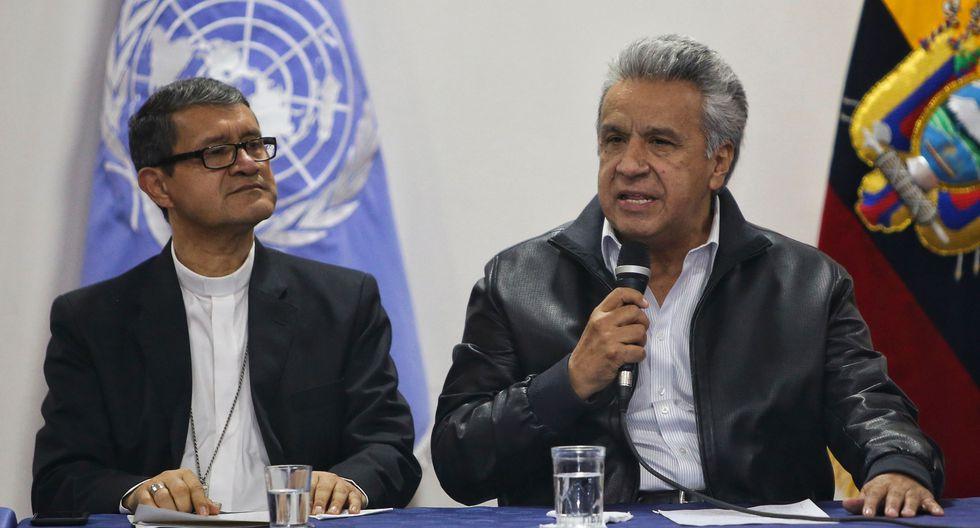 El presidente de Ecuador, Lenín Moreno, junto al arzobispo Luis Gerardo Cabrera durante el diálogo con los indígenas. (AFP / Cristina VEGA).