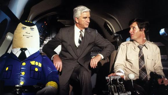 """Leslie Nielsen (centro) y Robert Hays (derecha) en una escena de """"Airplane!"""" (1980). (Foto: Paramount Pictures)"""