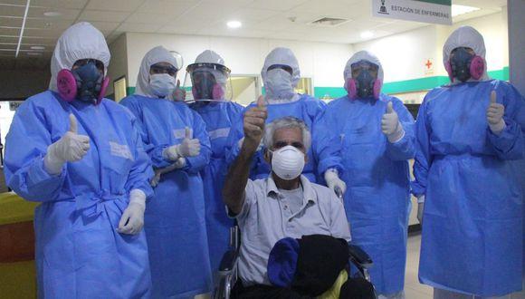 Paciente de 65 años agradeció a médicos y enfermeras del Hospital Emergencia Ate Vitarte por el tratamiento para vencer al COVID-19. (Foto: Minsa)