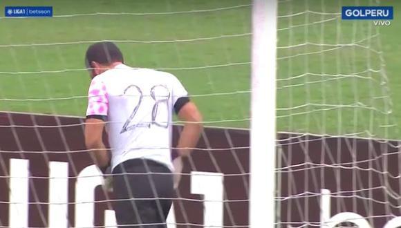 Patricio Álvarez tuvo que esperar que el comando técnico busque una camiseta. (Foto: Gol Perú)