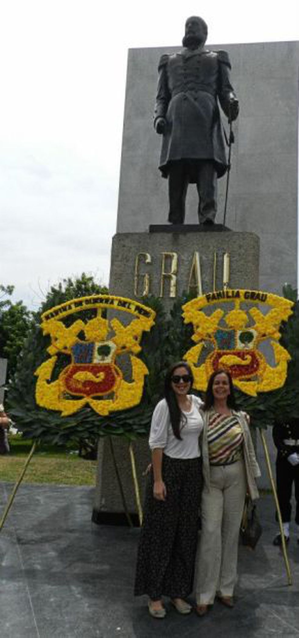 Ximena posa con su madre María Inés Grau Umlauff frente a la cripta de Miguel Grau, en la Escuela Naval del Perú. (Foto: Difusión)
