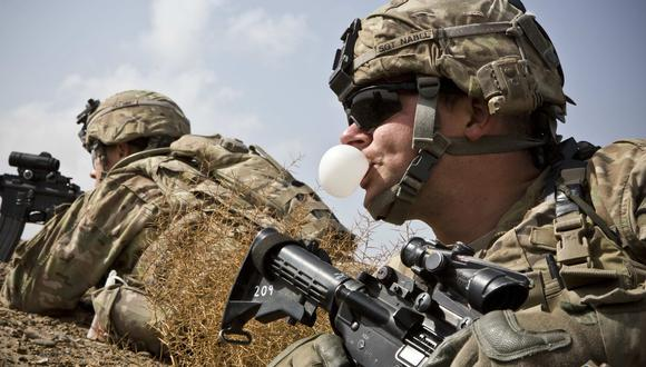 Un soldado del Ejército de Estados Unidos infla su chicle durante una misión  en la provincia de Kandahar, en Afganistán, el 3 de febrero del 2013. (REUTERS / Andrew Burton).