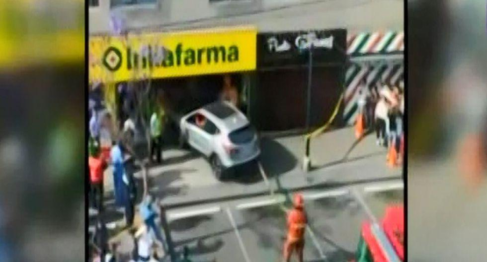 El accidente ocurre cuando la conductora quiso retirarse. (Foto: Captura/Latina)