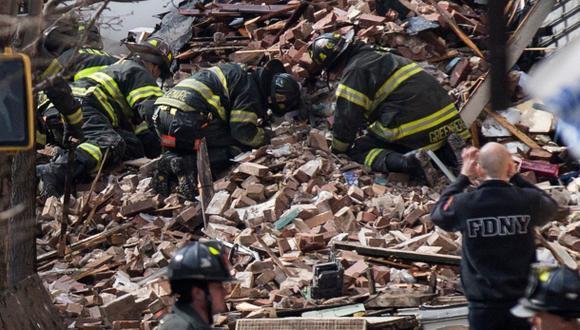 Bomberos buscan entre los escombros. (Reuters)