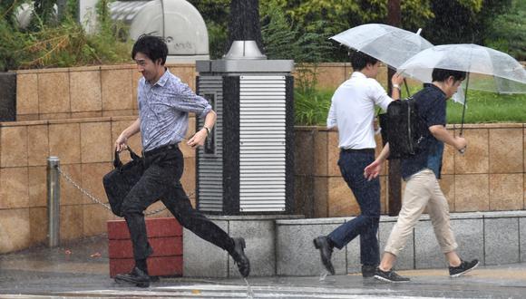 Según las autoridades citadas por la cadena de televisión pública NHK, al menos 21 personas resultaron levemente heridas. La agencia de prensa Jiji señaló por su parte un muerto arrastrado por el oleaje. (Foto: AFP)