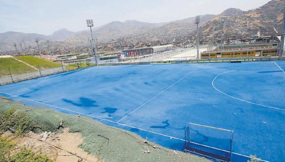 La Federación de Hockey asegura que estas canchas deben ser regadas tres veces al día, pero Lima 2019 asegura que el proveedor les indicó que lo hagan una vez por semana. (Foto: Miguel Bellido)