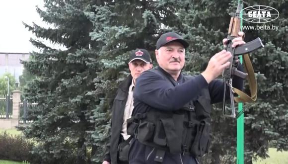 Alexander Lukashenko llegó al palacio presidencial de Bielorrusia con chaleco antibalas y un fusil en mano en medio de las protestas en su contra en Minsk. (AFP).