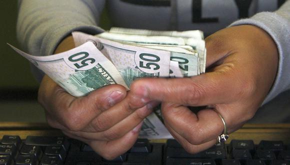 El dólar se negociaba a 162 pesos en Argentina este miércoles. (Foto: AFP)