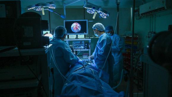 El especialista en otorrinolaringología, el Dr. Brajpal Singh Tyagi (izquierda), realiza una cirugía para eliminar el hongo negro (mucormicosis) de un paciente que se recuperó del coronavirus Covid-19 en un hospital de la India el 1 de junio de 2021. (Foto de Prakash SINGH / AFP).