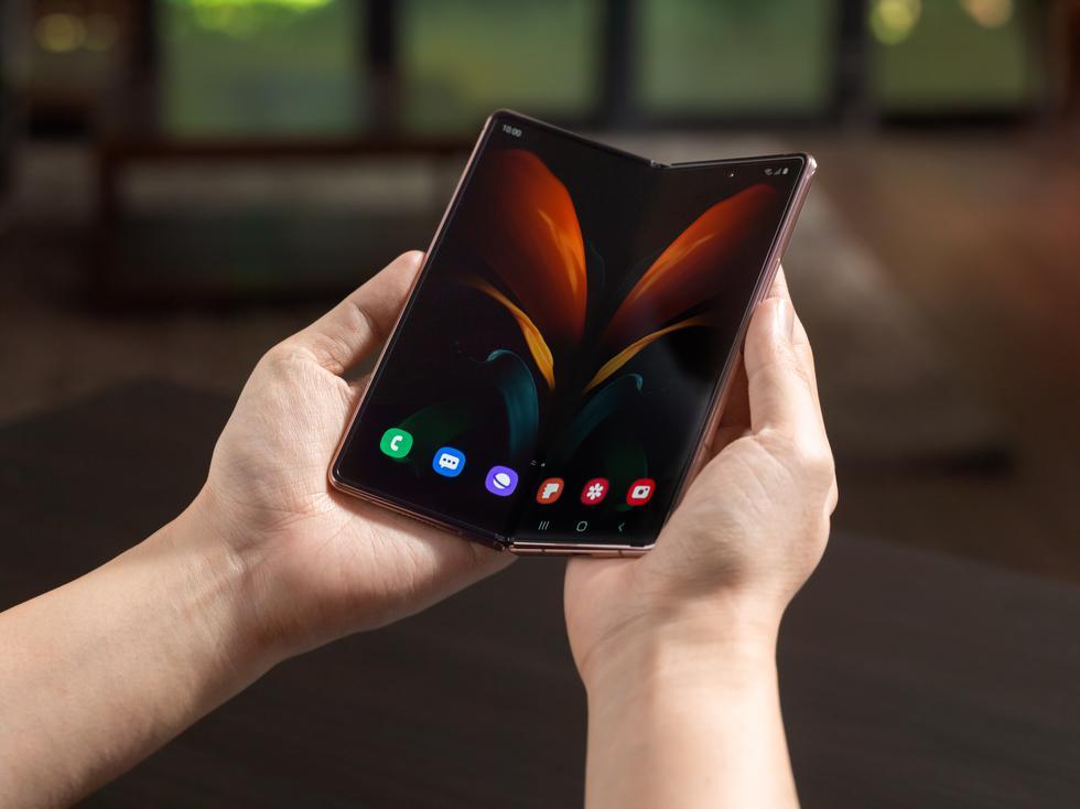 El diseño del Galaxy Z Fold 2 está anclado en una bisagra escondida (Hideway Hinge) que encaja perfectamente en el cuerpo del dispositivo con el mecanismo CAM y permite funciones independientes que potencian todas las experiencias del modo Flex. También tiene una tecnología de barredora dentro del espacio entre el cuerpo y la carcasa de las bisagras para repeler el polvos y la partículas de suciedad que puedan concentrarse. (Fotos: Samsung)