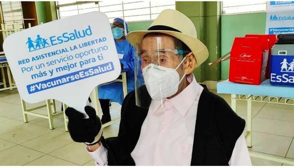 Fidel Terrones Tafur fue inmunizado en la Institución Educativa San Martín. (Foto: Essalud)