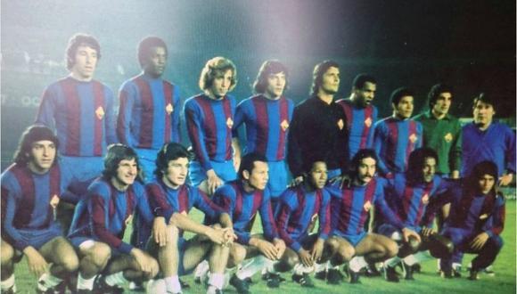 La selección Resto de América posa con la camiseta del Barcelona de España en octubre de 1973. Allí se ve, entre otros, a los peruanos Sotil y Chumpitaz. FOTO: Archivo Quique Wolff.