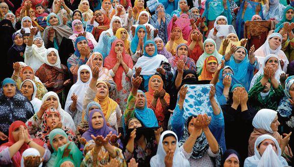Mujeres cachemiras rezan en la mezquita de Hazratbal durante la conmemoración de la muerte de un descendiente de Mahoma.  [Foto: EFE]