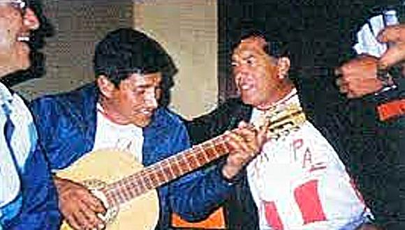 """'Raúl' canta canciones que les enseñó su padre, Martín. A su lado se encuentra el general EP Eduardo Fournier, quien al mando de un equipo de militares, dio captura a un grupo de terroristas, entre ello 'Raúl'. (Foto: Libro """"Feliciano"""", del general EP Eduardo Fournier)"""