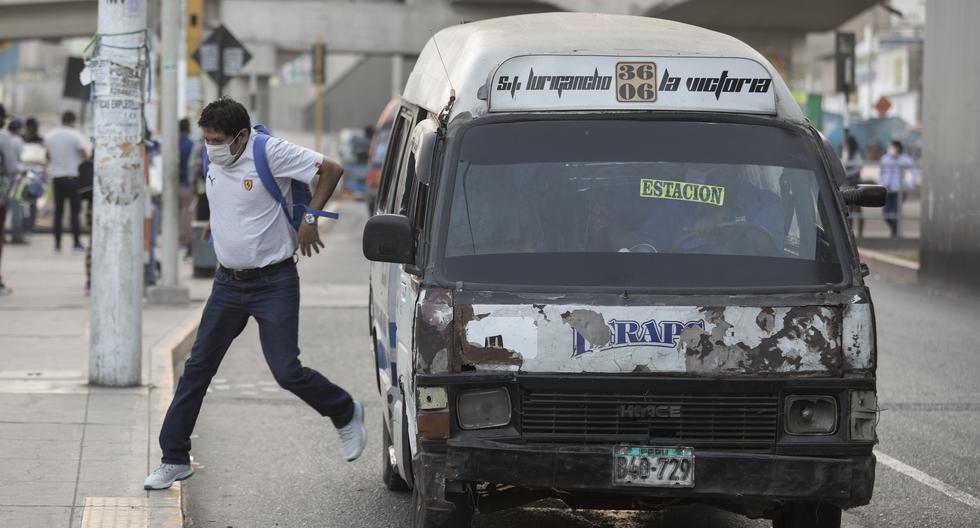 El régimen bajo el que opera actualmente el transporte en Lima permite a los buses de una misma flota competir entre sí para ganar pasajeros, poniendo en riesgo la seguridad vial. Varias rutas autorizadas por el Callao son desconocidas por Lima -y viceversa- lo que genera caos en ambas ciudades. (Foto: Anthony Niño de Guzman \ GEC)