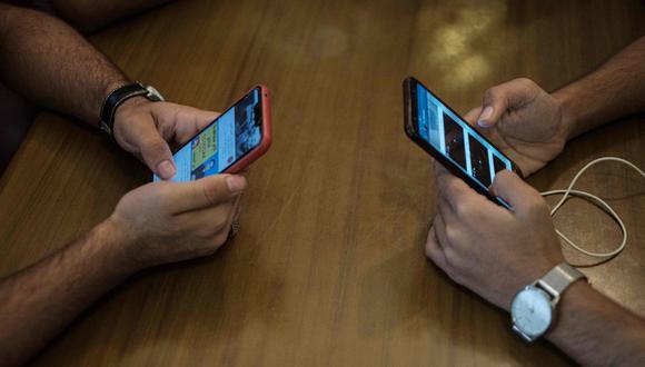 Los escolares tienen que hacer sus trabajos en celulares a falta de computadoras. (AFP)