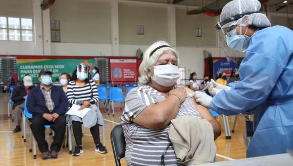 Conoce la información sobre el proceso de vacunación para personas mayores de 50 años a más. (Foto: Minsa)