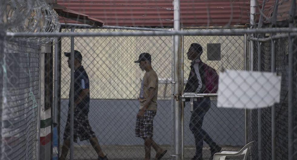 Migrantes centroamericanos esperan que se les otorgue asilo o una visa humanitaria en la oficina de inmigración en el puente internacional México-Guatemala en Ciudad Hidalgo, Estado de Chiapas, México. (AFP)