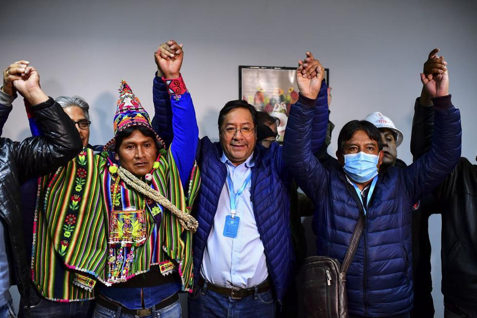 Luis Arce, al centro, celebra su triunfo en las elecciones en Bolivia. (Foto: RONALDO SCHEMIDT / AFP).