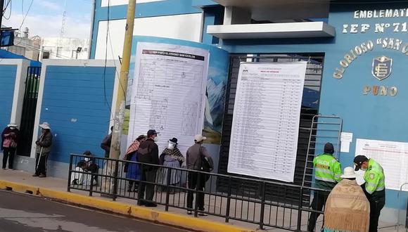Se espera que en los próximos minutos se abran las puertas del colegio para iniciar con la votación. (Foto: Facebook | Radio Onda Azul)
