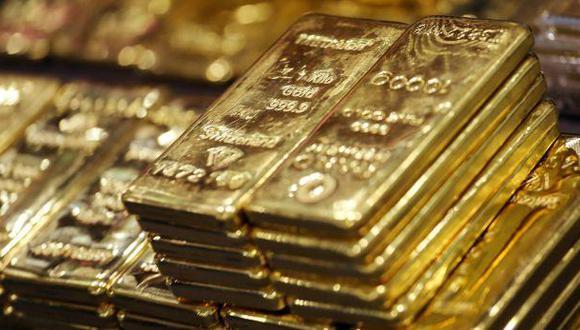 Oro baja por avance del dólar y acciones