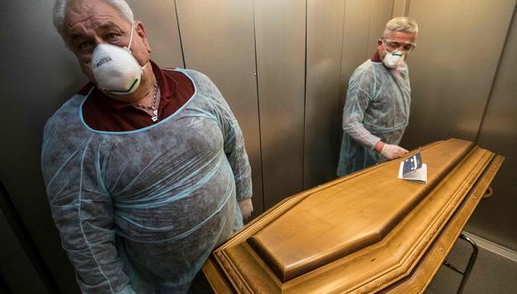 Coronavirus en Francia | Ultimas noticias | Último minuto: reporte de infectados y muertos lunes 6 de abril del 2020 | Covid-19 | Empleados de la funeraria Lantz cierran el ataúd de una víctima de coronavirus en un hospital en Mulhouse, este de Francia. (AFP / SEBASTIEN BOZON).
