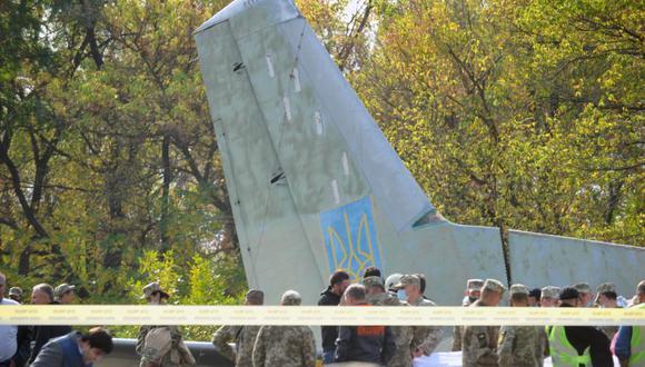 Militares y expertos trabajan en el lugar del accidente del avión de transporte Antonov-26 en la base aérea militar de Chuhuiv. (Foto de SERGEY BOBOK / AFP).