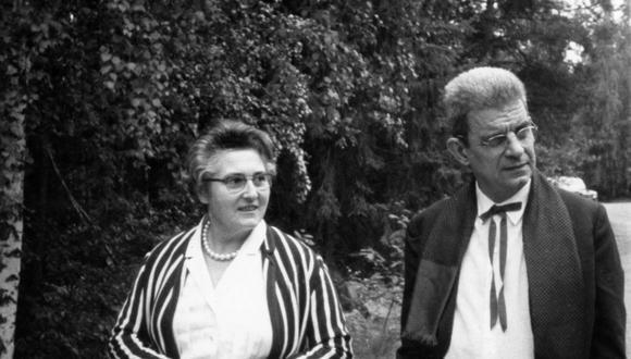 Jacques Lacan y la psicoanalista Françoise Dolto, una de sus más entusiastas seguidoras, en Estocolmo, en 1963, durante el vigésimo tercer Congreso de la Asociación Internacional de Psicoanálisis. Lacan fue expulsado de la asociación y esto lo lleva a fundar su propia escuela un año después.  AFP PHOTO /
