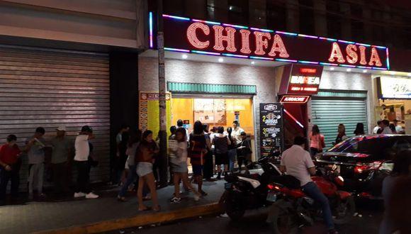 Una imagen publicada por la página El Blog de Binario en Facebook muestra cómo un grupo de personas espera en las afueras del restaurante ubicado en la calle Uno, cerca del centro comercial Mega Plaza.