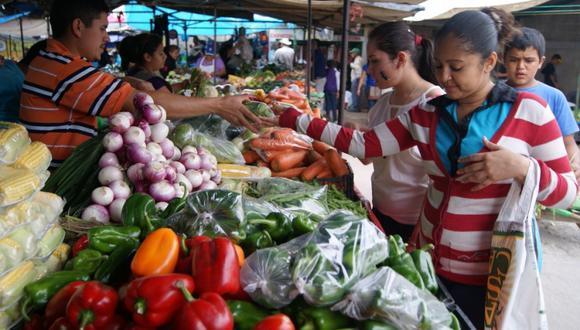Para estimar la inflación, el INEI establece una canasta básica de bienes y servicios consumidos habitualmente por una familia representativa del país.