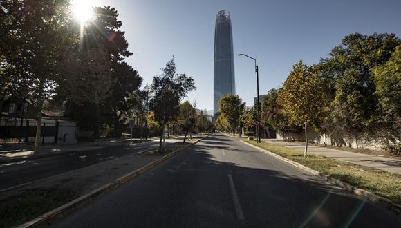 Vista de una avenida vacía el 27 de marzo de 2021, en Santiago de Chiie, durante un cierre en medio de la pandemia de coronavirus COVID-19. (Foto de MARTIN BERNETTI / AFP).