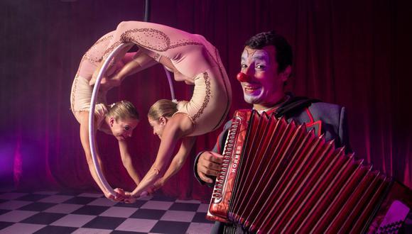 Estar alejado de un escenario le ha permitido a Carlos Olivera crear una nueva forma de entretener al otro lado de la pantalla. Acompañan en el elenco Stephanie y Valerie Koechlin, ex alumnas de La Tarumba. (Foto: Elías Alfageme / Somos)