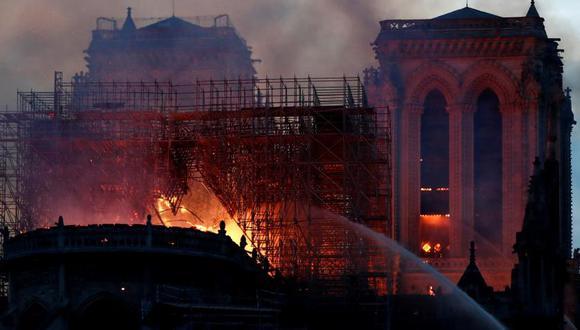 Bomberos combaten con las llamas que persisten en la catedral de Notre Dame. El presidente Macron dio por salvada la estructura del emblemático templo de París. Foto: Reuters