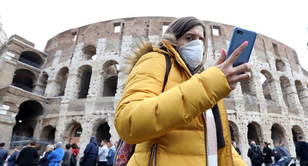 Una turista que usa máscara protectora pasa frente al Coliseo en Roma, Italia, el país europeo con más casos de coronavirus. (Alessia Pierdomenico / Bloomberg).