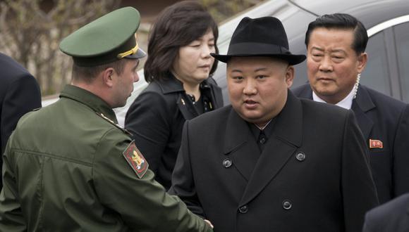 Kim hizo que los soldados rusos que aguardaban este viernes para una ceremonia militar en Vladivostok lo esperaran durante más de dos horas bajo una llovizna a unos 5ºC de temperatura. (AP)