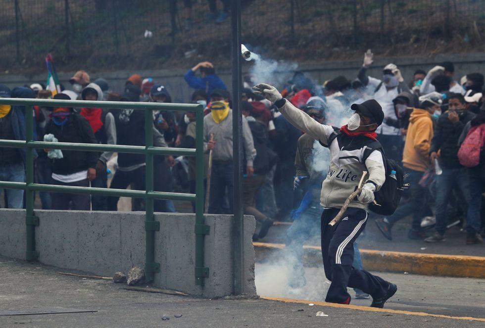 Enfrentamientos entre manifestantes indígenas y la policía ecuatoriana.(Reuters)