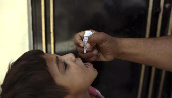 Un trabajador sanitario administra una vacuna a un niño durante una campaña de inmunización contra la polio en Kabul, Afganistán, el martes 15 de junio de 2021. (AP Foto / Rahmat Gul).