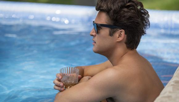 """""""Luis Miguel, la serie"""", temporada 2, capítulo 6. Después de la muerte de Hugo, el protagonista viaja a Acapulco para intentar sobrellevar sus días más tristes. (Cr. CAMILA JURADO/NETFLIX ©️ 2021)"""