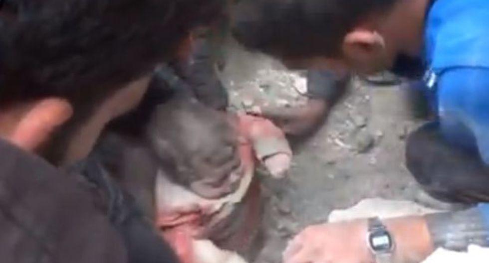 El dramático rescate de un bebe sirio sepultado por bombardeo