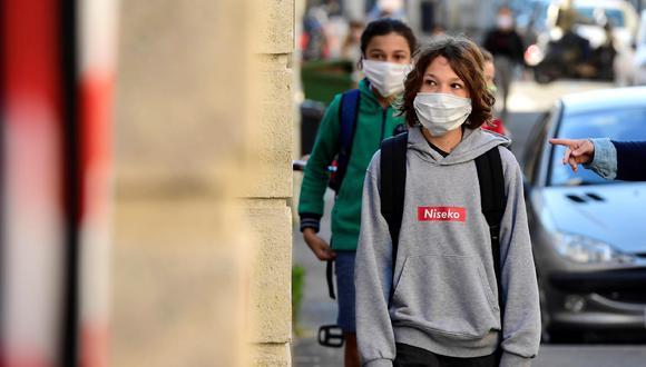 Imagen referencial. Un adolescente usa mascarilla para evitar el coronavirus. EFE