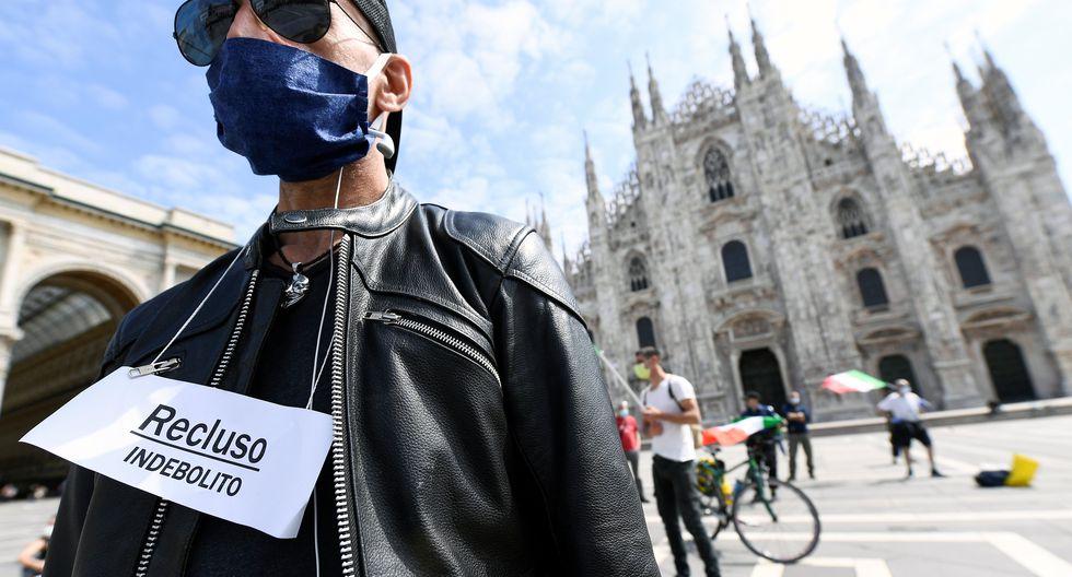 Un manifestante participa en un protesta contra el confinamiento, pues aduce que este ha traído pérdidas económicas a Italia. (REUTERS / Flavio Lo Scalzo).